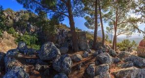 Stenarna för ingången till den Melidoni grottan Royaltyfri Bild