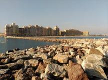 Stenarna läggas nära shorelinen nära vattnet Arkivbilder