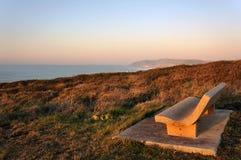 Stenbänk nära havet Arkivbild