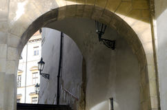 Stenbåge med trappa Arkivfoto