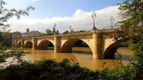 Stenbågebro, Puente de Piedra i Logroño, Spanien royaltyfri foto
