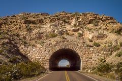 Stenbågeingång till den stora krökningnationalparken i västra Texas fotografering för bildbyråer