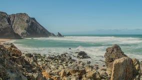 Stenblock för Atlantic Ocean kustgranit och havsklippor, Portugal arkivfilmer