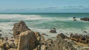 Stenblock för Atlantic Ocean kustgranit och havsklippor, Portugal lager videofilmer