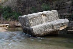 Stenblock i flödande liten vik Arkivbild