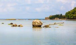 Stenblock i vattnet Arkivfoto