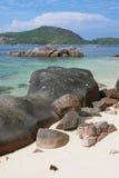 Stenblock och stenar på kust av golfen Anse Islette Port Glod, Mahe, Seychellerna royaltyfria bilder