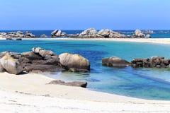 Stenblock och strand på Kerlouan, Brittany, Frankrike Arkivfoto