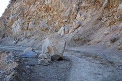 Stenblock på grusvägen arkivbild