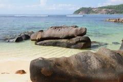 Stenblock på kustgolfen Anse Islette, port Glod, Mahe, Seychellerna royaltyfria bilder