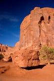 Stenblock som balanserar på sandhögen Monumentdalen i den stam- navajoen parkerar Fotografering för Bildbyråer