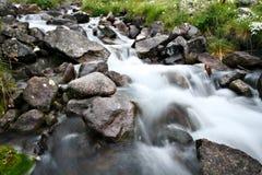 stenblockbergfloden stenar strömmen Arkivbild