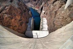 Stenblockfördämning i Coloradofloden, på gränsen mellan USA-staterna av Arizona och Nevada Arkivbild