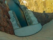 Stenblockfördämning i Coloradofloden, på gränsen mellan USA-staterna av Arizona och Nevada Arkivbilder