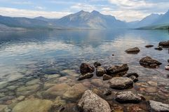 Stenblockstrand längs kusterna av sjön MacDonald Glacier National Park royaltyfria bilder
