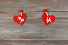 Stenbocken och fisk tecken av zodiaken och hjärta Träbackgr Royaltyfri Foto