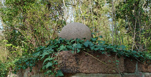 Stenboll med murgrönaranger Royaltyfria Foton