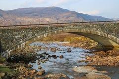 Stenbro över liten vik på ön av Skye Scotland UK Royaltyfri Bild