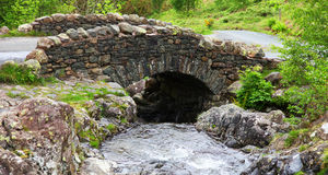 Stenbro i sjöområde royaltyfri foto
