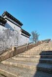 Stenbro och forntida vit vägg Arkivbild
