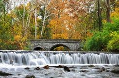 Stenbro och vattenfall Arkivbild