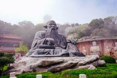 StenBuddha på stenväggen på Wuxi Yuantouzhu - Taihu landskapträdgård, Kina arkivfoton