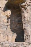 StenBuddhaskulptur i grottan Arkivbild