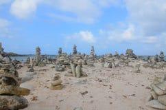 Stenbuntar behandla som ett barn på stranden royaltyfri bild