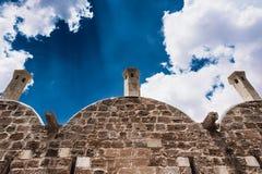 Stenbyggnad och härlig himmel royaltyfri bild