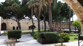 Stenbyggnad och träd i Cypern i sommar royaltyfri bild