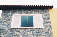 Stencladdingplattor på väggen med ett fönster Royaltyfri Foto