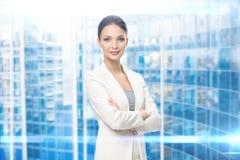 Stående av affärskvinnan med korsade armar Arkivfoto