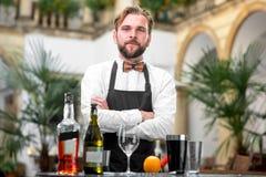 Stående av bartendern på restaurangen Arkivfoto