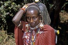 Stående av bärande vatten för Maasai kvinna hemma Arkivbild