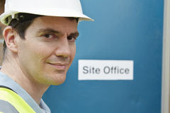 Stående av byggnadsarbetaren At Site Office Fotografering för Bildbyråer