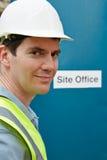 Stående av byggnadsarbetaren At Site Office Arkivbilder