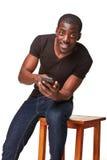 Stående av den afrikanska mannen som talar på telefonen Arkivbild