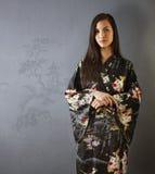 Stående av den attraktiva asiatiska kvinnan i kimono Fotografering för Bildbyråer