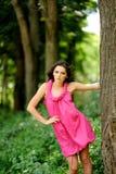 Stående av den attraktiva flickan i den gröna skogen Fotografering för Bildbyråer