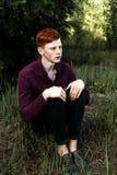 Stående av den attraktiva stilfulla unga grabbmodellen med rött hår och fräknar Arkivfoton