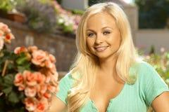 Stående av den attraktiva unga blonda kvinnan Fotografering för Bildbyråer