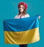 Stående av den attraktiva unga flickan i nationell klänning med Ukrai Royaltyfri Bild
