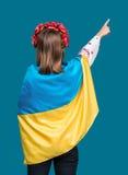 Stående av den attraktiva unga flickan i nationell klänning med Ukrai Royaltyfria Bilder