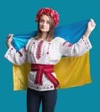 Stående av den attraktiva unga flickan i nationell klänning med Ukrai Fotografering för Bildbyråer