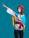 Stående av den attraktiva unga flickan i nationell klänning med Ukrai Arkivbild