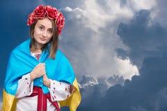 Stående av den attraktiva unga flickan i nationell klänning med Ukraini Fotografering för Bildbyråer