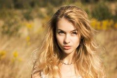 Stående av den blonda kvinnan på naturbakgrund Fotografering för Bildbyråer