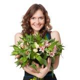 Stående av den hållande buketten för nätt brunett av blommor Royaltyfri Foto