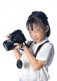 Stående av den hållande fotokameran för asiatisk liten flicka Royaltyfri Bild