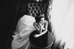 Stående av den härliga bruden en bröllopsklänning Royaltyfria Foton